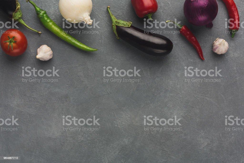 新鮮蔬菜在灰色背景下的邊界 - 免版稅一組物體圖庫照片