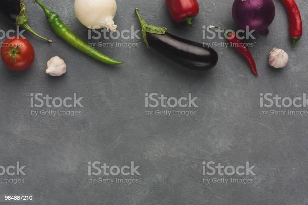 新鮮蔬菜在灰色背景下的邊界 照片檔及更多 一組物體 照片