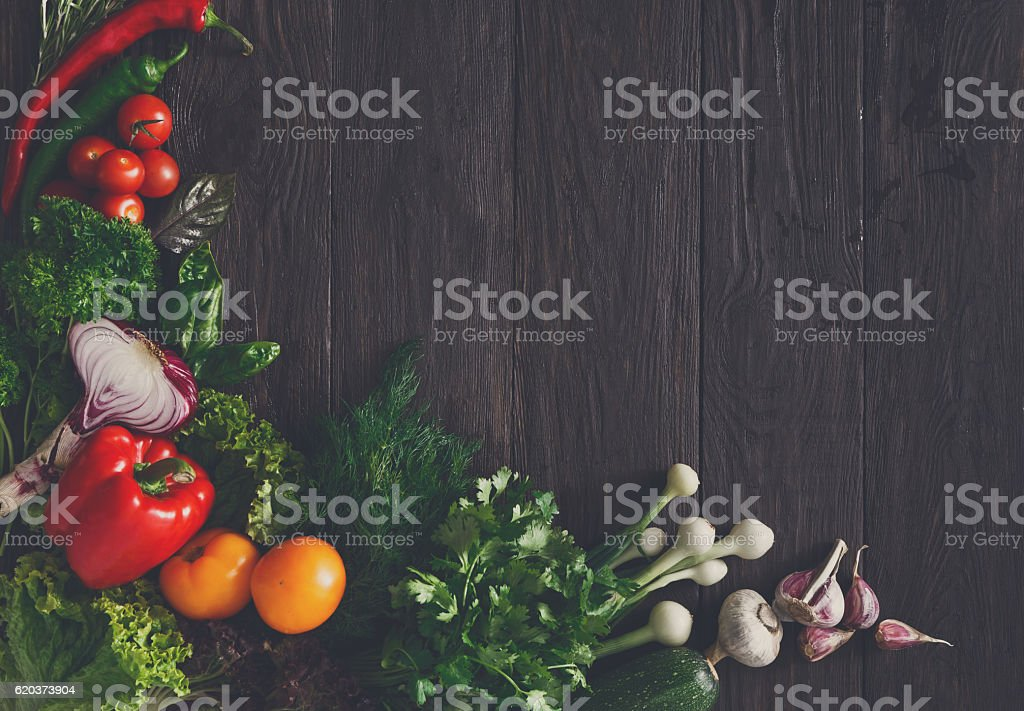 Border of fresh vegetables on wooden background with copy space foto de stock royalty-free