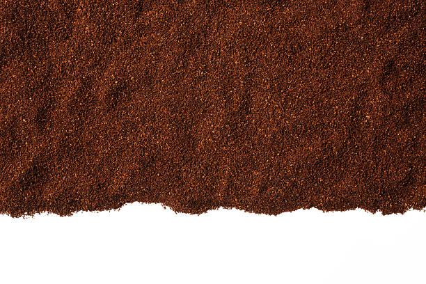 isolierte schuss von gemahlenen kaffeebohnen grenze auf weißem hintergrund - kaffeepulver stock-fotos und bilder