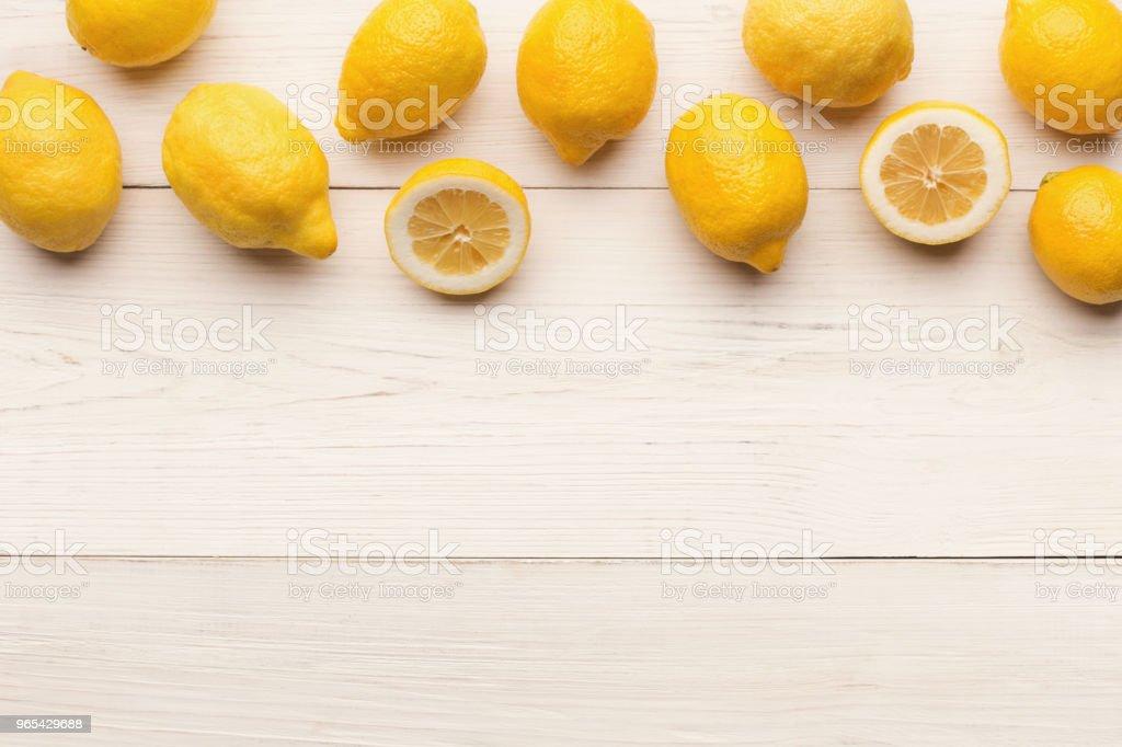 Border of lemons on white wooden planks, top view zbiór zdjęć royalty-free