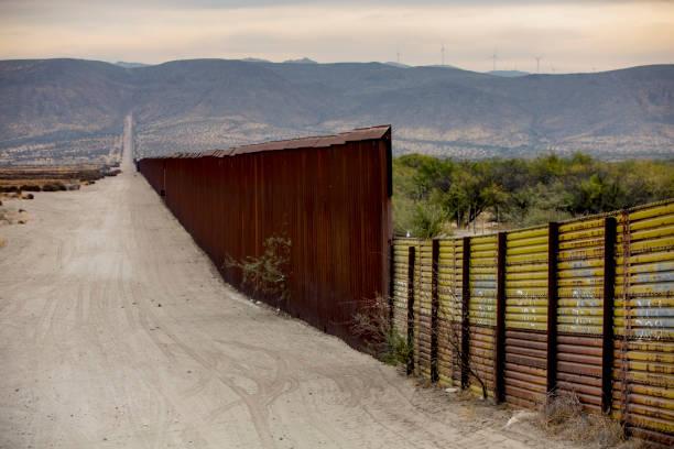 wandabschnitt grenze zwischen usa und mexiko - süd kalifornien stock-fotos und bilder