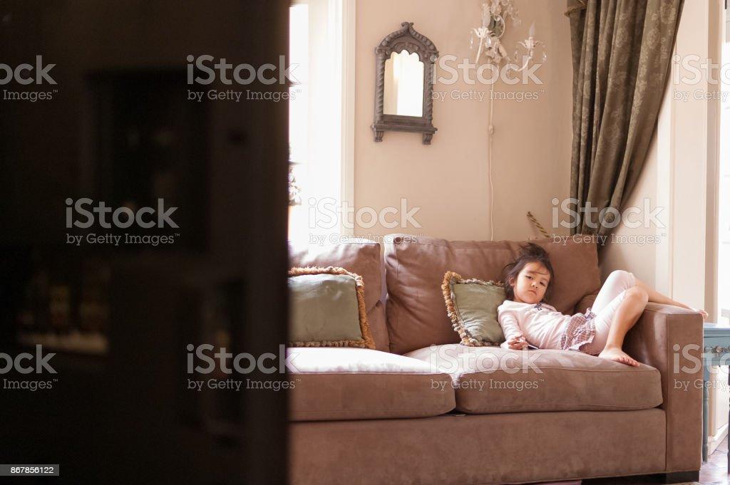 Gelangweilt Kleines Madchen Vor Dem Fernseher Auf Couch Stock