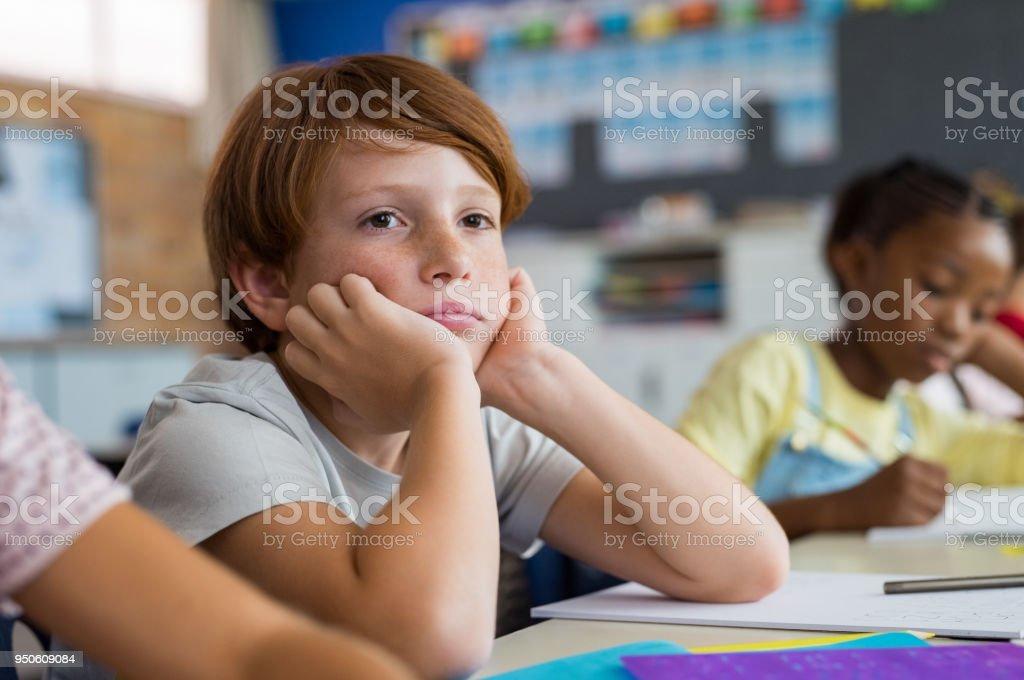 Gelangweilt Schuljunge in der Klasse – Foto