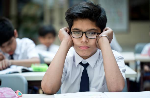 Gelangweilte Schuljunge im Klassenzimmer – Foto