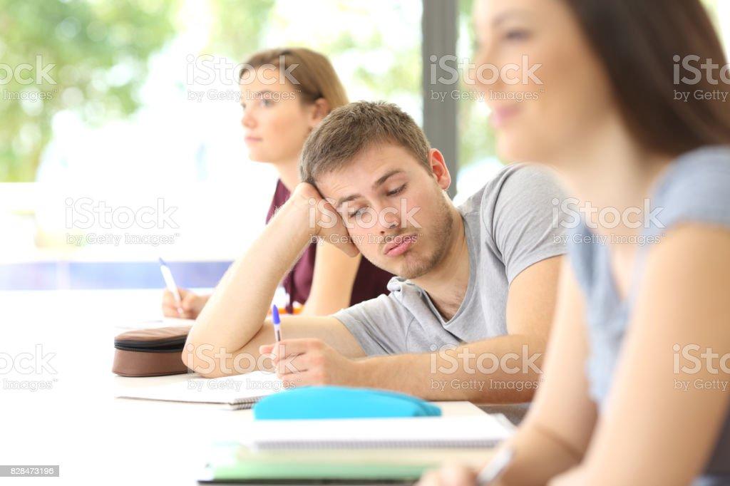 Gelangweilter Schüler abgelenkt, während des Unterrichts im Klassenzimmer – Foto