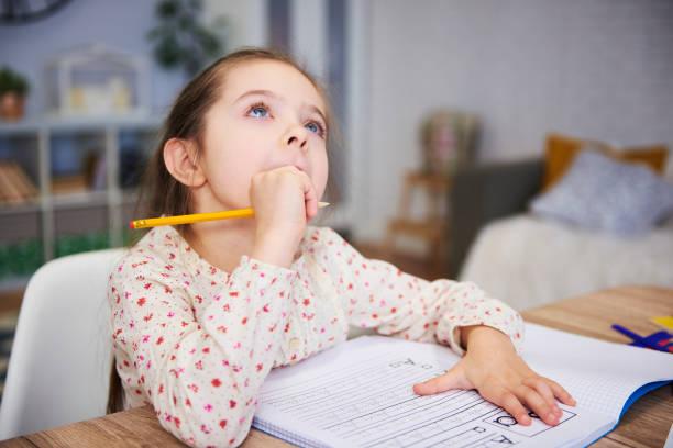 Chica estudiante aburrida buscando inspiración - foto de stock