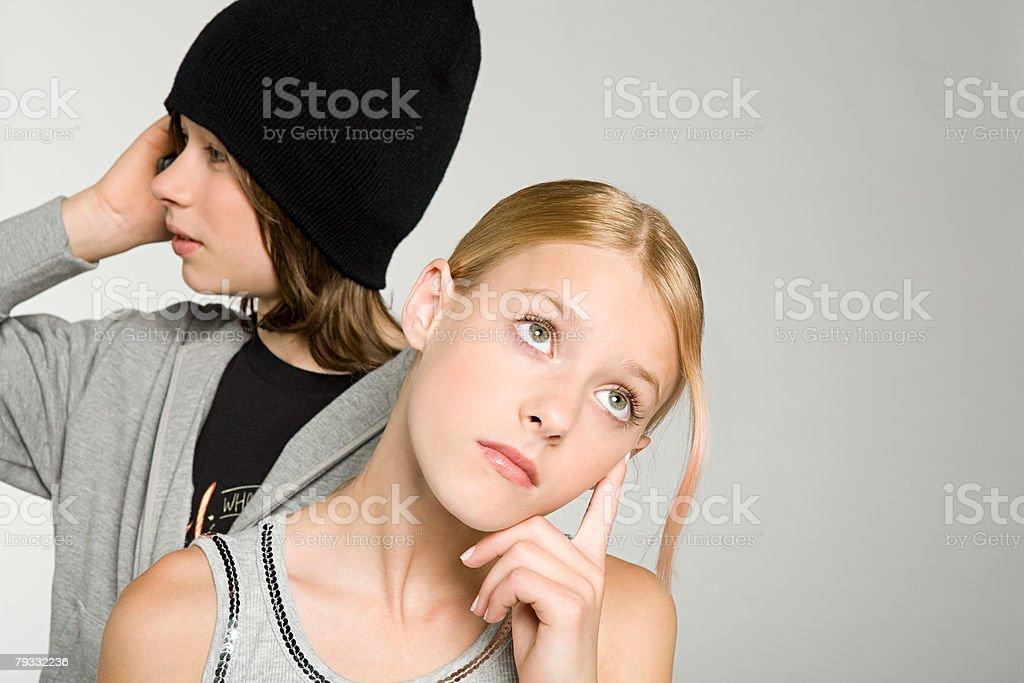 退屈な 10 代の女の子の 10 代の少年ウェイティング ロイヤリティフリーストックフォト