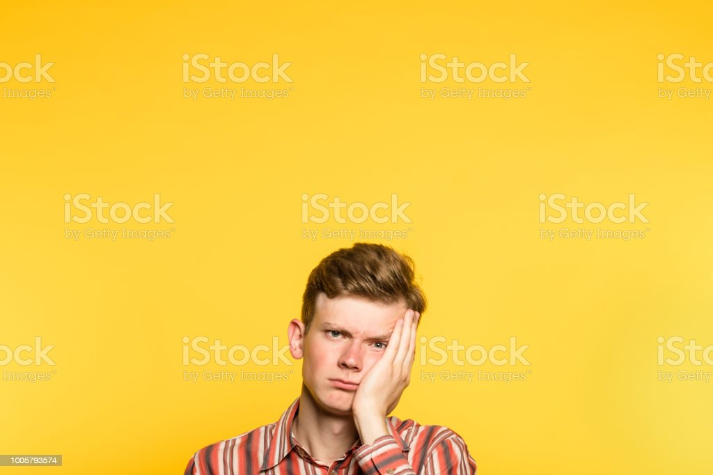 hombre entusiasmado indiferente weariful aburrido - foto de stock