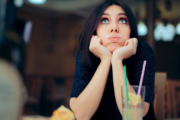 Gelangweilte Frau mit einer Limonade auf einer Party – Foto