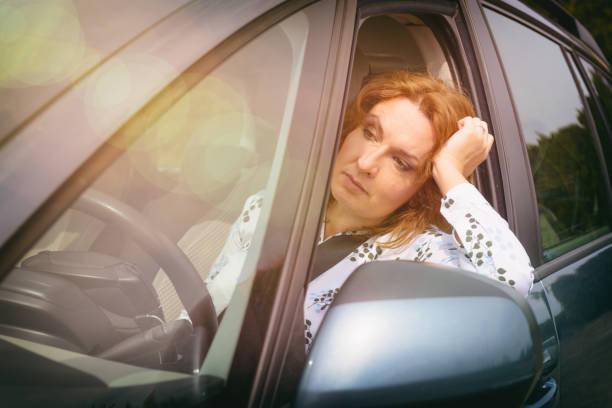 Gelangweilte Frau im Stau – Foto