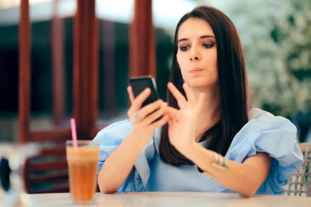 Gelangweilte Frau, die Männerprofile-Profile auf Dating-App-Website aufstellt – Foto