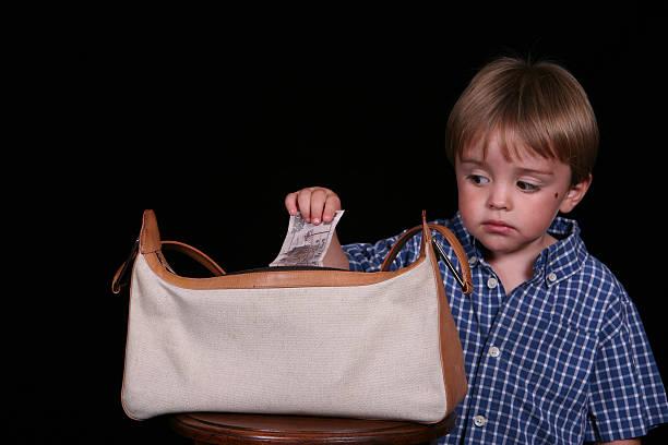 kreditaufnahme von mutter - kinderhandtaschen stock-fotos und bilder