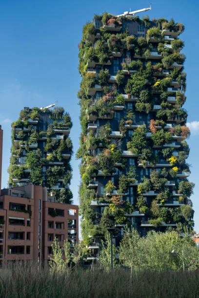 Floresta vertical em Milão - foto de acervo