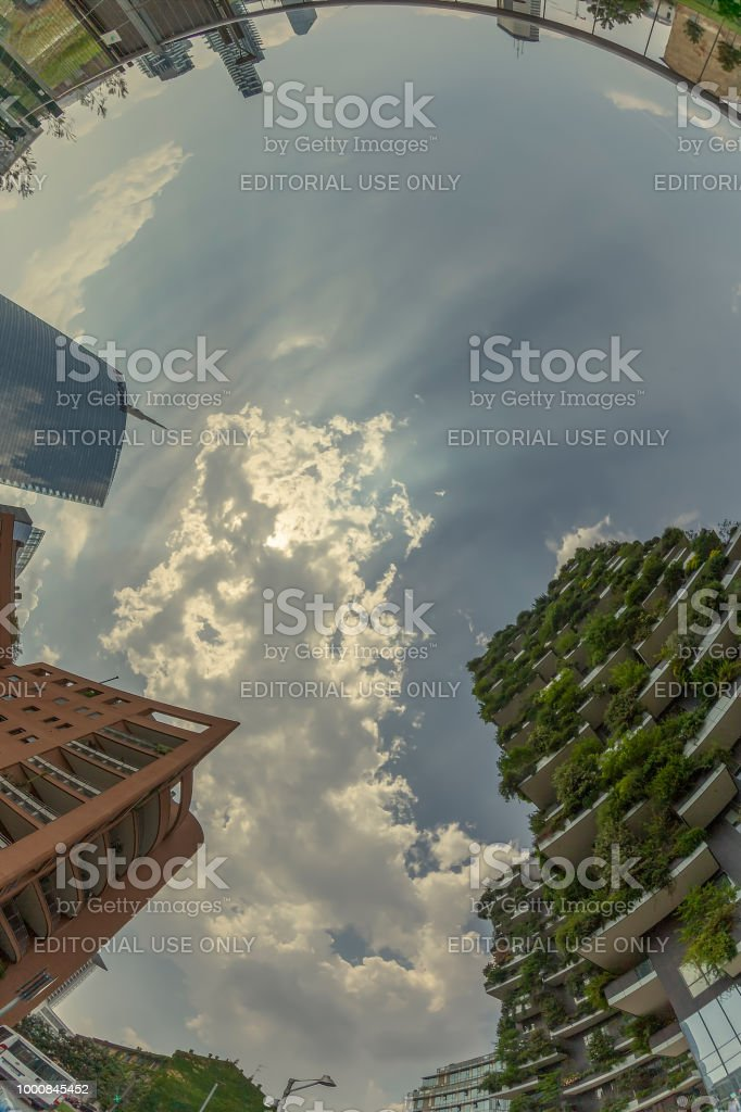 Bosco Verticale together wits usual apartments and Unicredit Bank Tower, Milan, Italy - foto stock