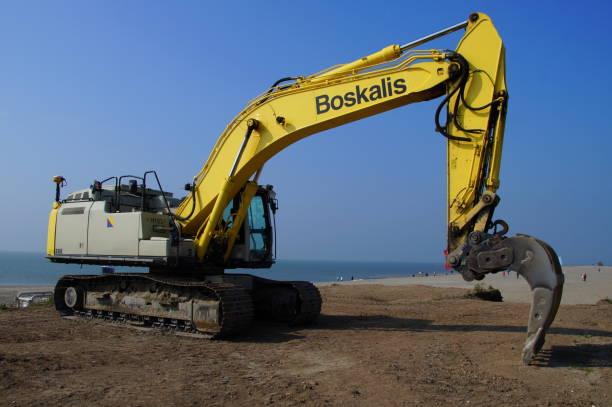 boskalis caterpillar (cat) hydraulische graafmachine - boskalis stockfoto's en -beelden