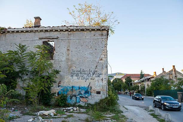 bosnien-krieg schäden und graffiti-mostar - kämpfer zitate stock-fotos und bilder
