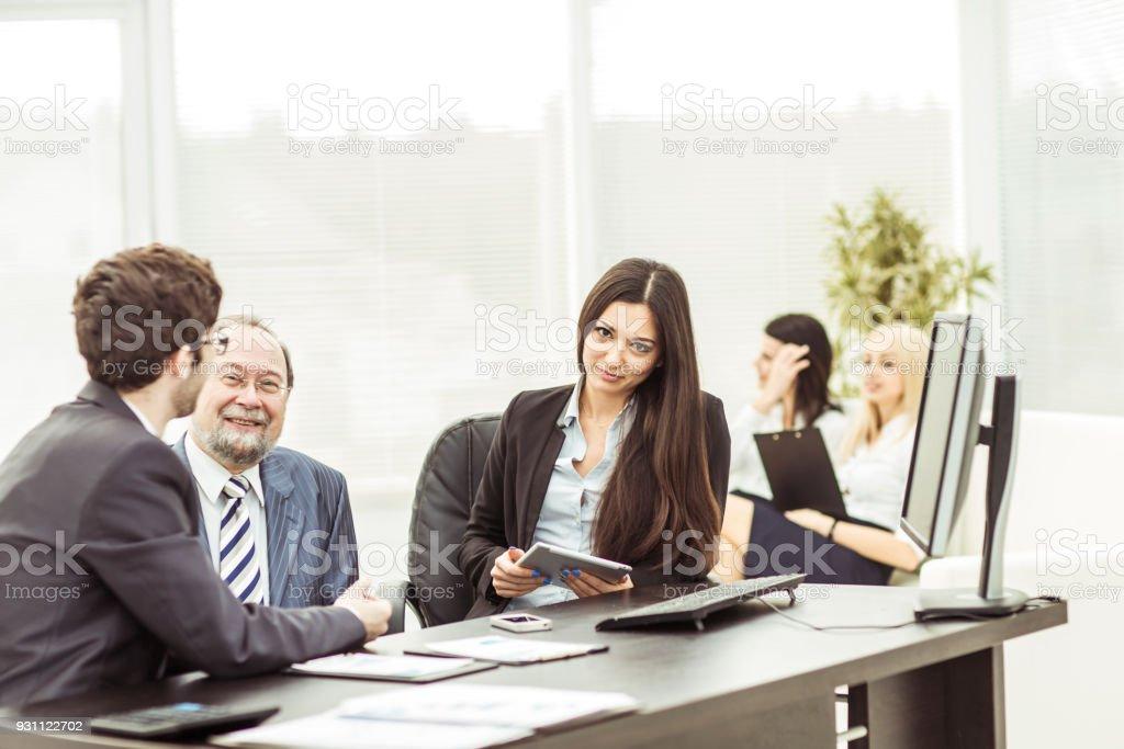 patron ve işyerinde office arka plan üzerinde oturan iş ekip üyeleri - Royalty-free Banka Müdürü Stok görsel