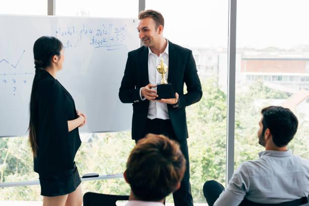 boss vergibt während der konferenz mitarbeiter - danke an lehrerin stock-fotos und bilder