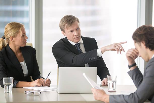 boss firing incompetent employee - kündigung arbeitsvertrag stock-fotos und bilder
