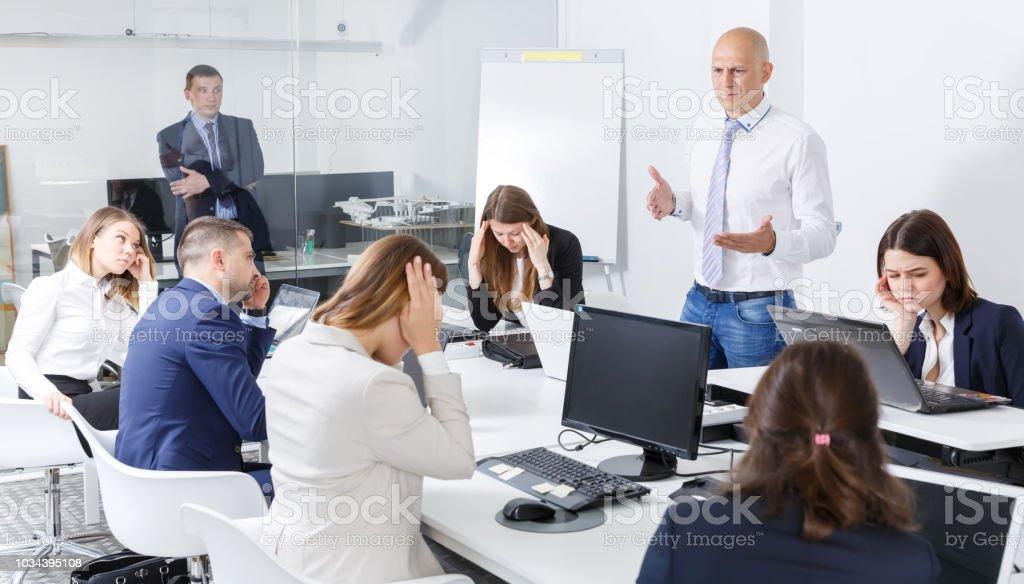 Chefe, repreendendo os colegas - foto de acervo