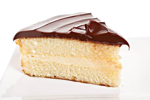 boston cream pie - schokoladen biskuitkuchen stock-fotos und bilder