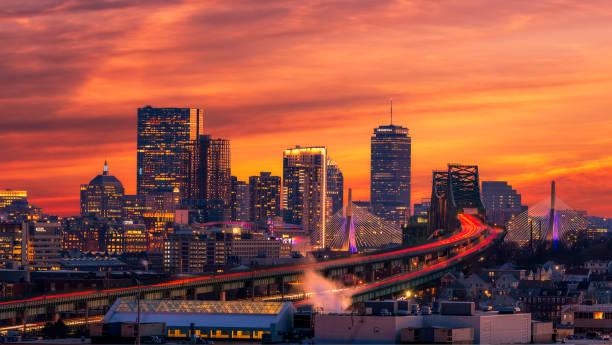de skyline van boston bij zonsondergang - boston massachusetts stockfoto's en -beelden