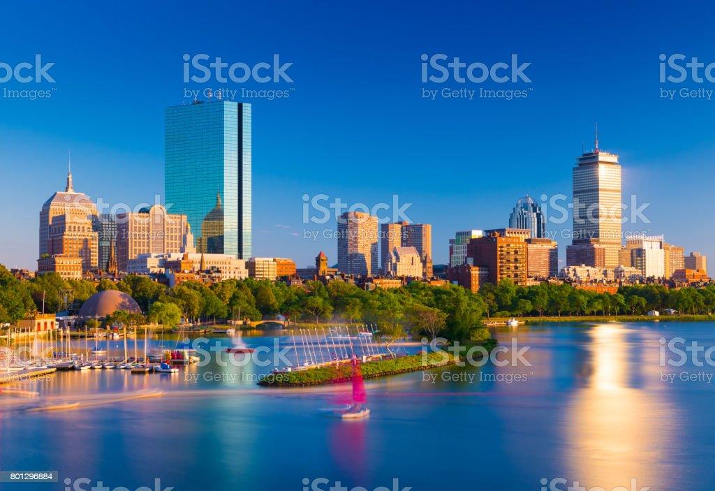 Horizonte de Boston para a noite. Paisagem urbana de Back Bay de Boston. Arranha-céus e prédios de escritórios, refletidos na água do Rio Charles - foto de acervo
