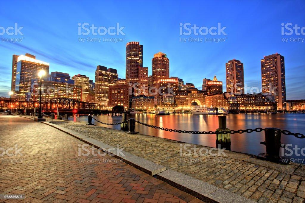 Skyline de Boston com o distrito financeiro e o porto de Boston, ao entardecer - foto de acervo