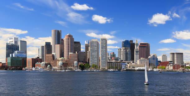 boston skyline met zeilboot op de voorgrond, massachusetts, verenigde staten - massachusetts stockfoto's en -beelden