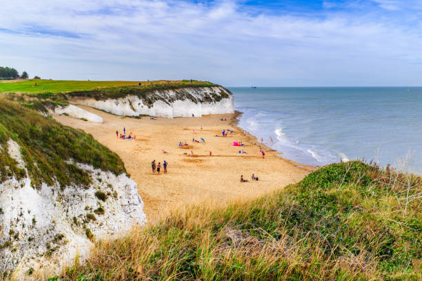 botany bay a golden beach on the thanet, kent coast on the south east coast of england. botany bay is the northernmost of seven bays in broadstairs. - baía imagens e fotografias de stock