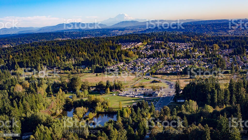 Bothell Mill Creek, Washington-Monte Rainier aérea de la zona de fondo - foto de stock