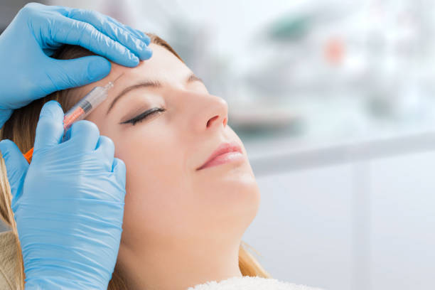botox femme charges spa soin jeune seringue - injection de toxine botulique photos et images de collection