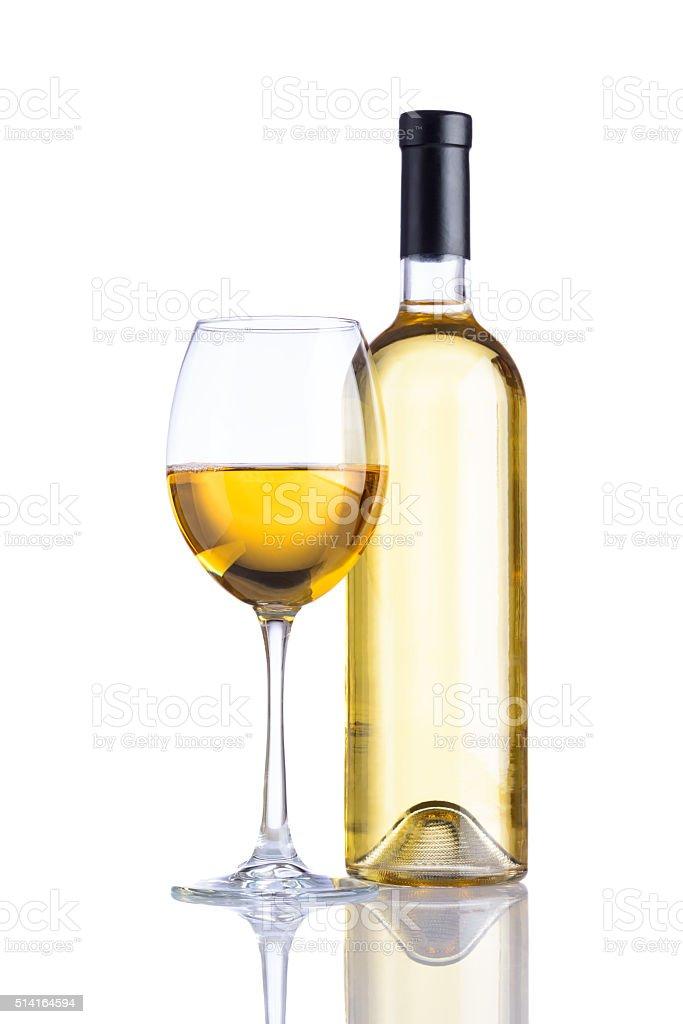 Bottiglia e bicchiere di vino bianco su sfondo bianco - foto stock