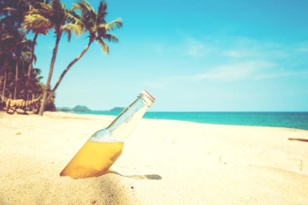 砂浜で瓶ビール ストックフォト