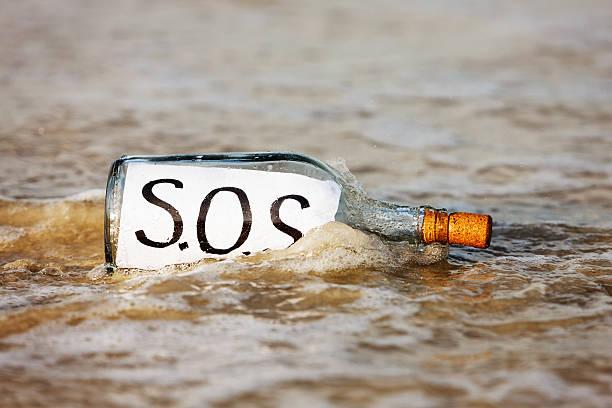 flasche mit sos nachricht es abgewaschen - rettungsinsel stock-fotos und bilder