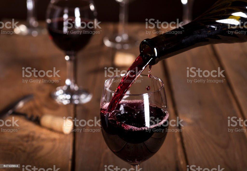 Bouteille de remplir le verre de vin - Photo