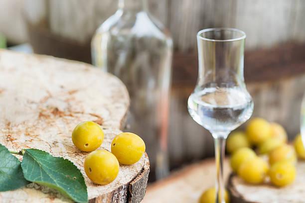 bouteille de cognac mirabellenschnaps obstler mrabelle fruits - spiritueux photos et images de collection