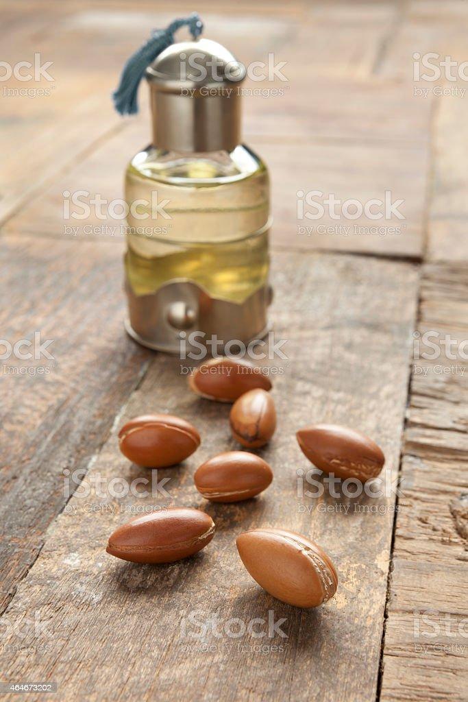argan botella de aceite y tuercas - foto de stock