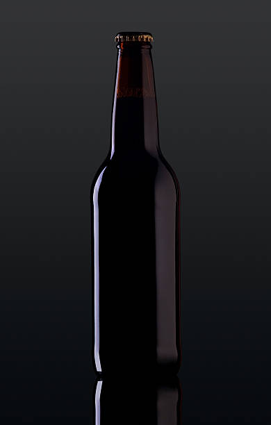 Flasche Bier auf dunklem Hintergrund – Foto