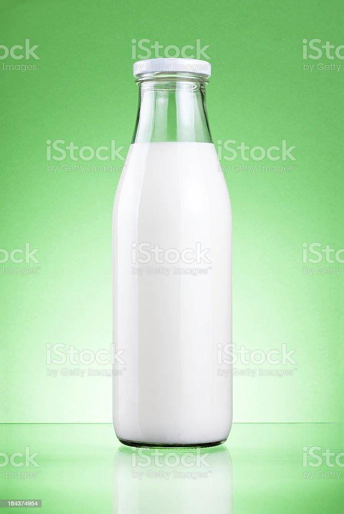 Bottiglia Di Latte Fresco Isolato Su Uno Sfondo Verde Fotografie