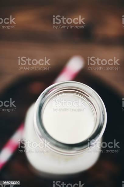 Fles Van Verse Melk Met Roze Stro Stockfoto en meer beelden van Biologisch