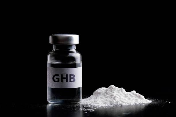 fles ghb in zwarte achtergrond. ghb - ketamine stockfoto's en -beelden