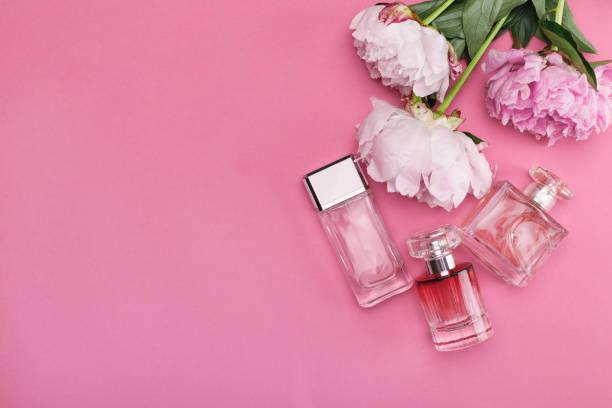 flaska parfym och pion blommor - summer smell bildbanksfoton och bilder