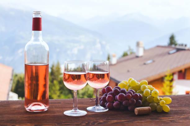 flasche rosa rose wein mit zwei gläsern - französische land tisch stock-fotos und bilder