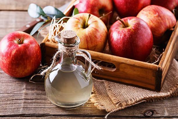 bottle of unfiltered apple cider vinegar - enzym zdjęcia i obrazy z banku zdjęć