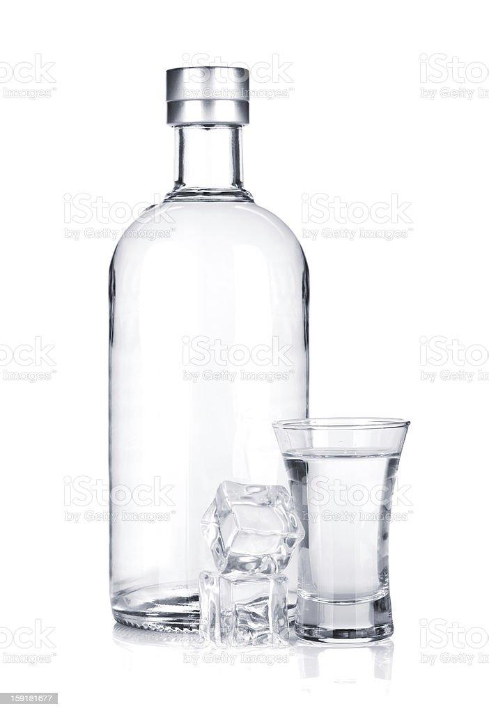Bouteille de vodka et verre avec de la glace - Photo