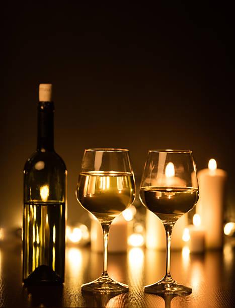 flasche weißwein mit brille - mini weinflaschen stock-fotos und bilder