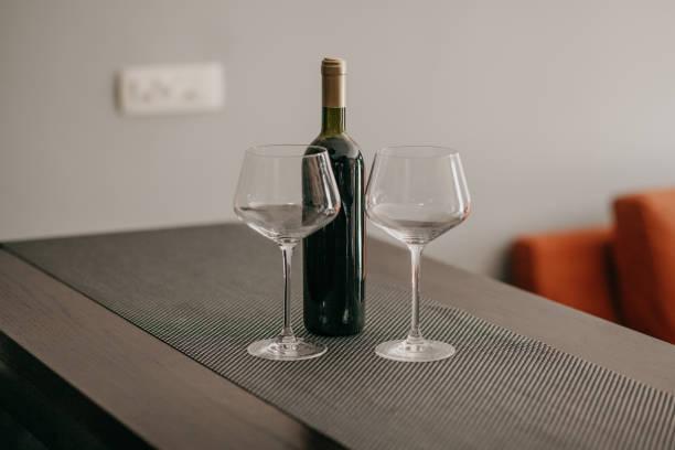 Flasche Wein und Weingläser – Foto