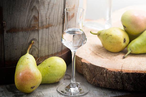 bouteille de cognac birnenschnaps fruits poire - spiritueux photos et images de collection